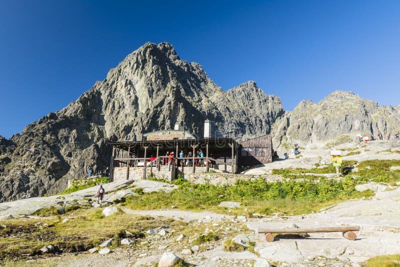 Chata, Terinka, Terynka, Schronisko Teryego und Touristen Gebirgshütte Teryho, die sich vorbereiten, auf Spuren und Bergsteiger z stockbild