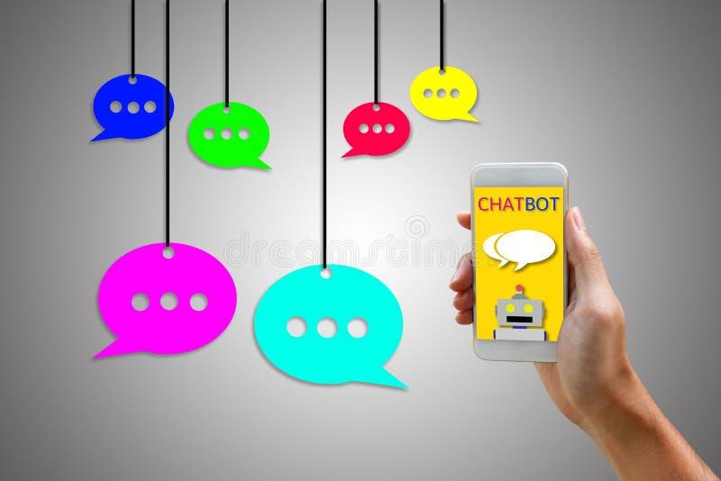 Chatbotconcept Smartphone van de mensenholding en het gebruiken van het babbelen stock afbeeldingen