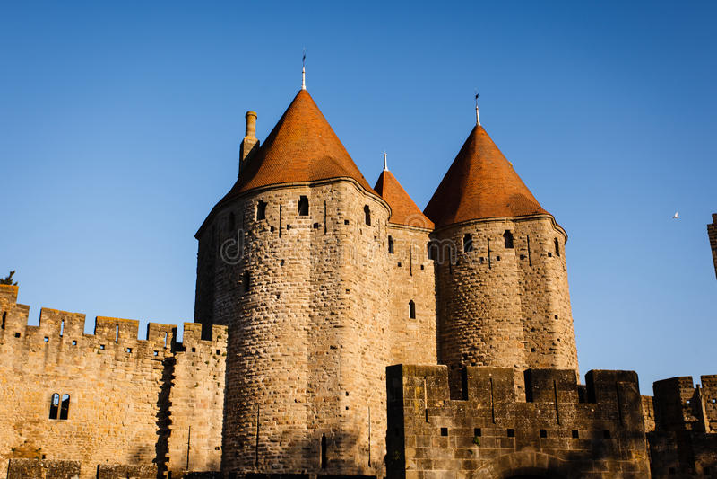 Chateau Comtal ragt mit Sonne auf roten Dächern hoch lizenzfreie stockfotos