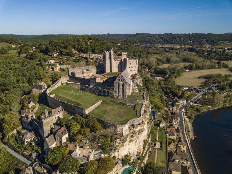 Chateau de Beynac, flyg- sikt från den Dordogne floden royaltyfri bild