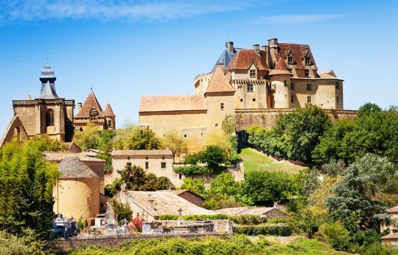 Chateau de Biron σύνολο το καλοκαίρι, Γαλλία στοκ φωτογραφίες με δικαίωμα ελεύθερης χρήσης