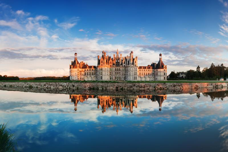 Chateau de Chambord, den största slotten och reflexion i Loiret Valley En UNESCOvärldsarv i Frankrike royaltyfri bild