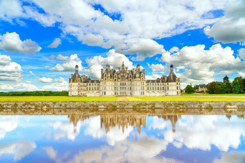 Chateau DE Chambord, het middeleeuwse Franse kasteel van Unesco en bezinning. De Loire, Frankrijk royalty-vrije stock foto