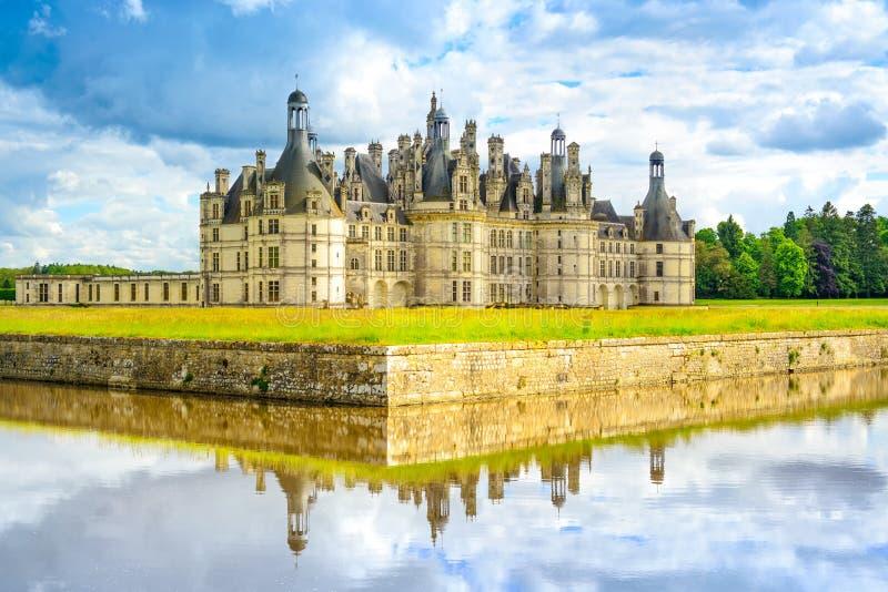 Chateau DE Chambord, het middeleeuwse Franse kasteel van Unesco en bezinning. De Loire, Frankrijk stock foto's