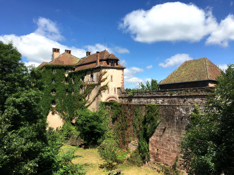 Chateau DE La Petite-Pierre Castle van La Tenger Pierre in een aardige de zomertijd, rond met het Natural Regionale Park van de V royalty-vrije stock fotografie
