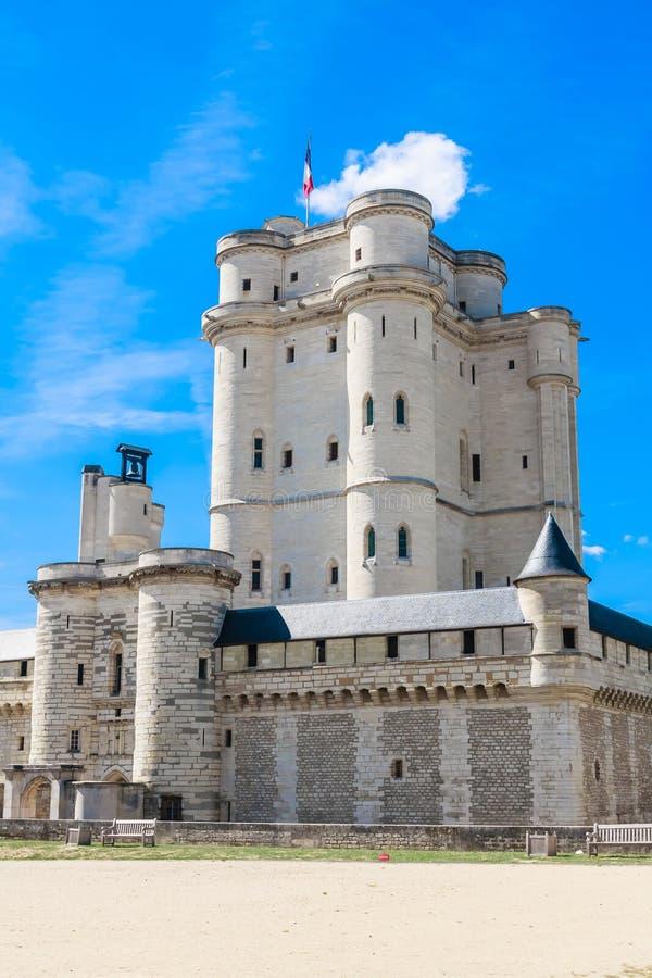 Chateau de Vincennes à Paris Les Frances se retranchent avec le drapeau national français sous le ciel bleu ensoleillé photographie stock