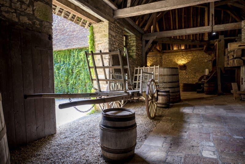 Chateau du Clos De Vougeot Vieux tonneaux d'un établissement vinicole et d'un chariot Cote de Nuits, Bourgogne, France images libres de droits