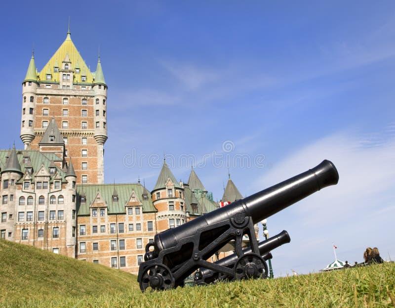 Chateau Frontenac och kanoner, Quebec City arkivfoton