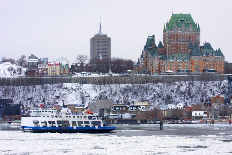 Chateau Frontenac und Heiliges Lawrence River im Winter lizenzfreies stockbild