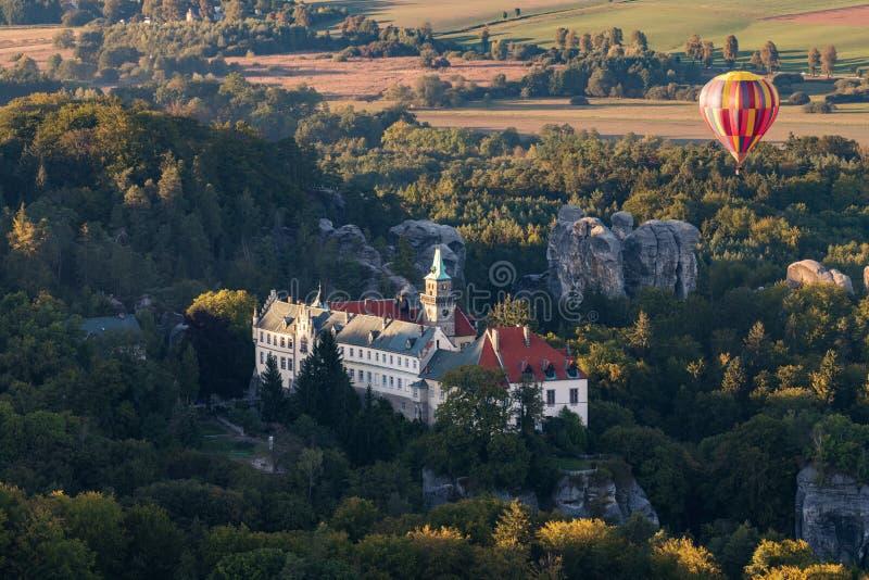 Chateau Hruba Skala in böhmischem Paradise mit Heißluftballon lizenzfreie stockfotografie