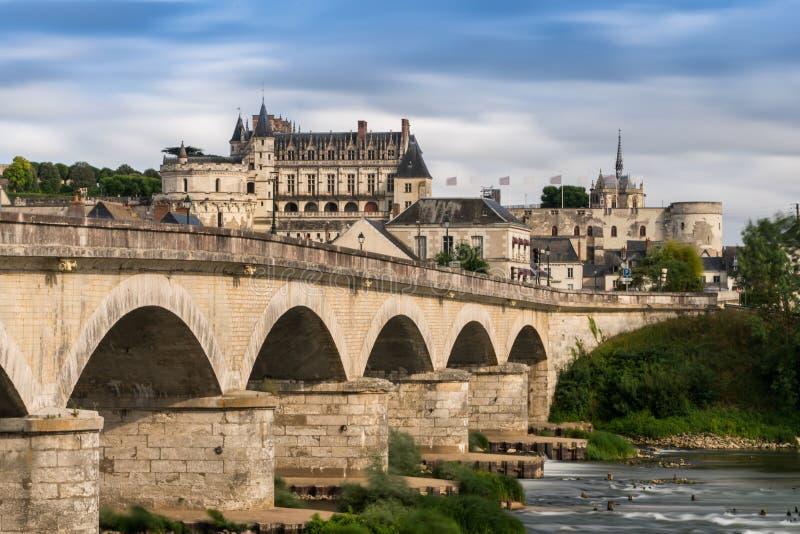 Chateau königliches d ` Amboise mit der Brücke über der Loire stockfotografie