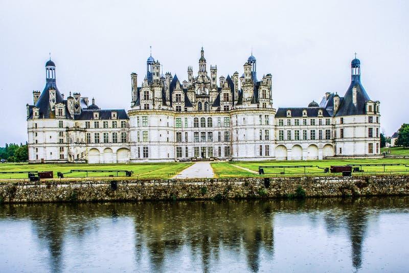 Chateauen de Chambord på Chambord i regn, Loir-et-Cher, Frankrike, är en av de mest recognisable chateauxna i världen arkivfoton