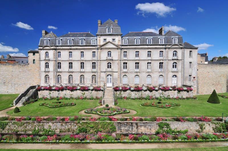 Chateauen de l 'Hermine är ett gammalt fort som byggs i slotten, försvann stadsväggar av Vannes, Frankrike royaltyfria foton