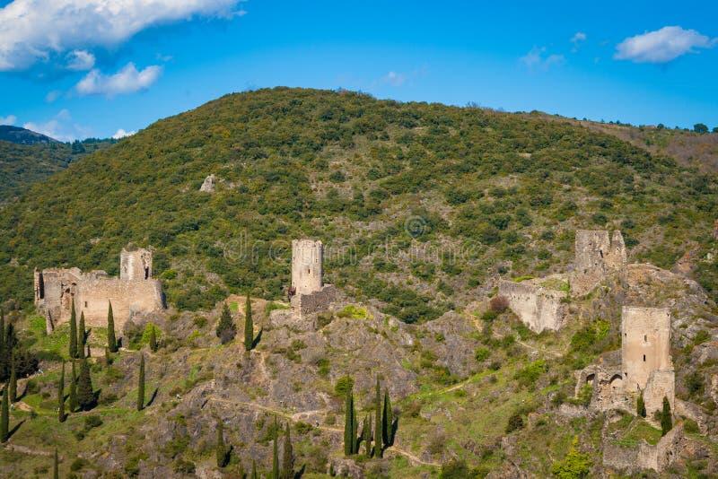 Chateaux DE Lastours op een rotsachtige aansporing boven het Franse dorp van Lastours royalty-vrije stock fotografie