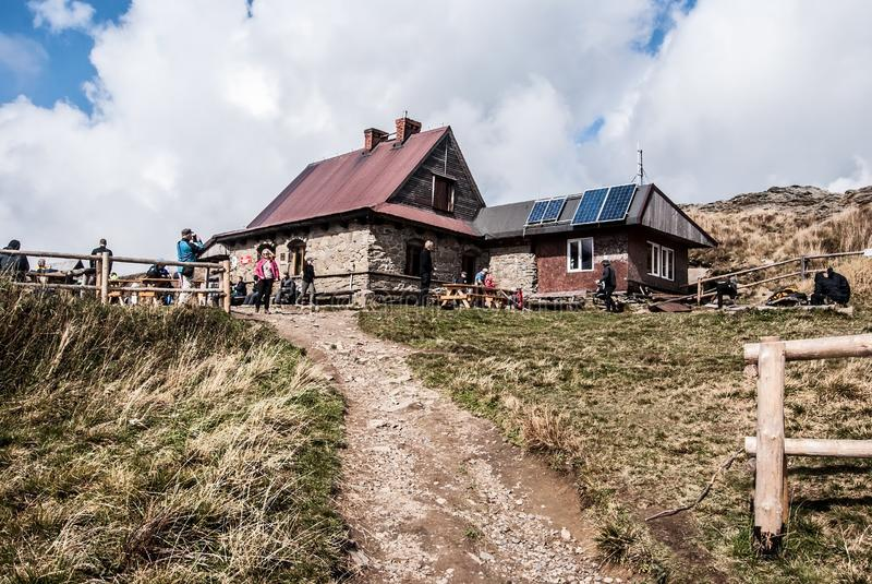 Chatka Puchatka на Polonina Wetlinska в горах Bieszczady в Польше стоковая фотография rf