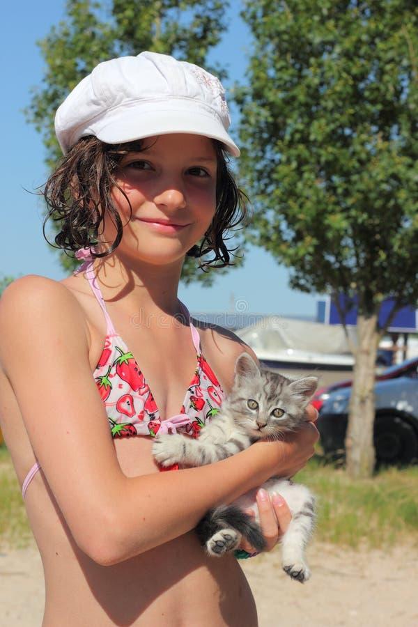 Chaton de fille et d'animal familier image libre de droits