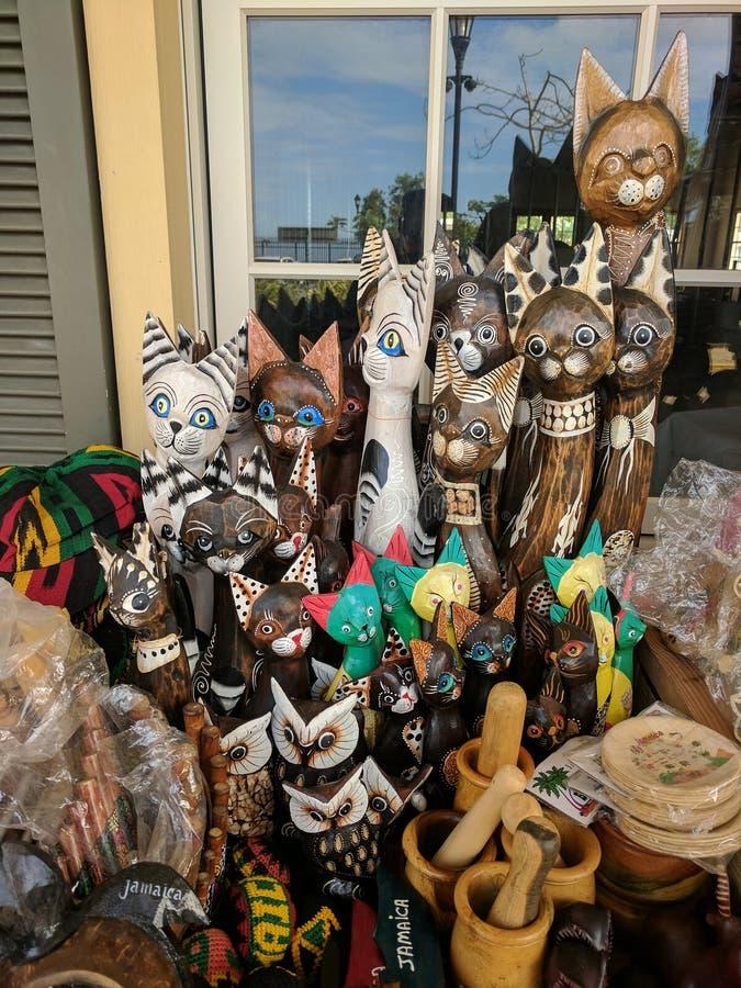 Chats en bois, hiboux et d'autres souvenirs Jamaïque photographie stock