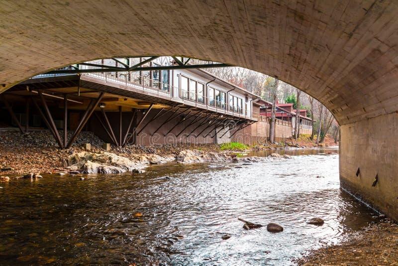 Chattahoochee River und Brücke über ihr, Helen, USA lizenzfreies stockbild