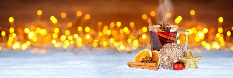 Chaud chauffé a épicé le vin rouge dans la tasse en verre avec l'orange de pain d'épice image libre de droits