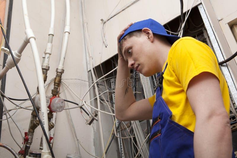 Chaudière de chauffage de Working On Central de plombier photo libre de droits