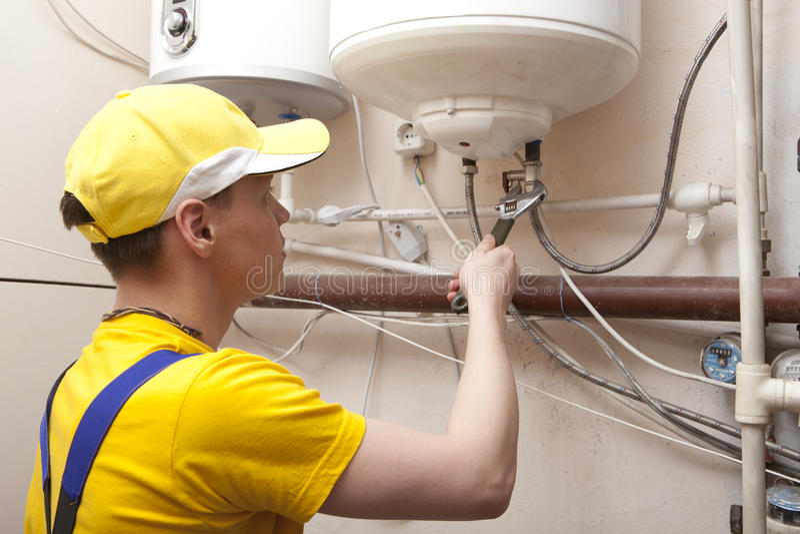 Chaudière de chauffage de Working On Central de plombier photographie stock libre de droits