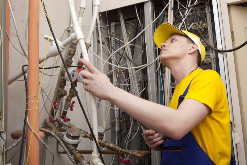 Chaudière de chauffage de Working On Central de plombier photo stock