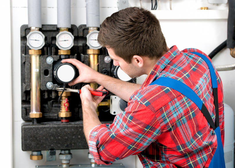 Chaudière de service de chauffage de technicien images libres de droits