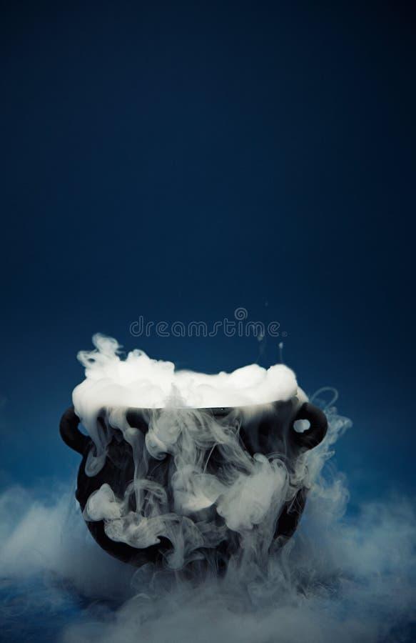 Chaudron : Chaudron fantasmagorique de Halloween avec de la fumée image libre de droits