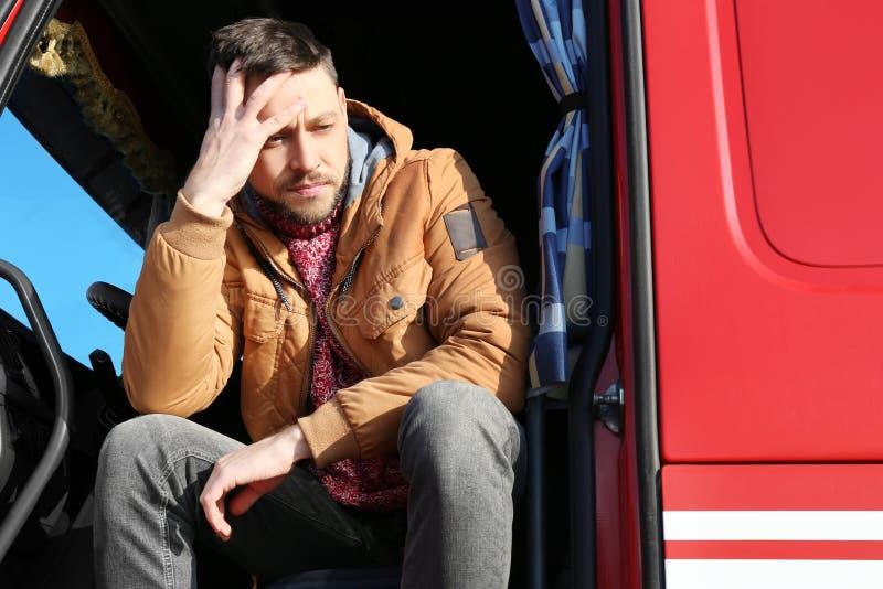 Chaufför i kabin av den stora lastbilen royaltyfria foton