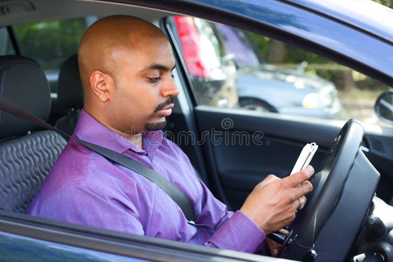 Chaufför som använder mobiltelefonen royaltyfri bild