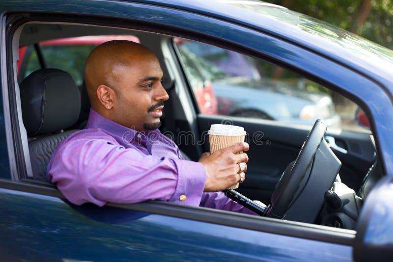 Chaufför som har ett kaffe arkivbild