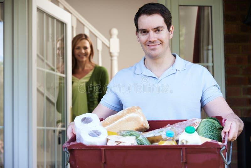 ChaufförDelivering Online Grocery beställning arkivfoton