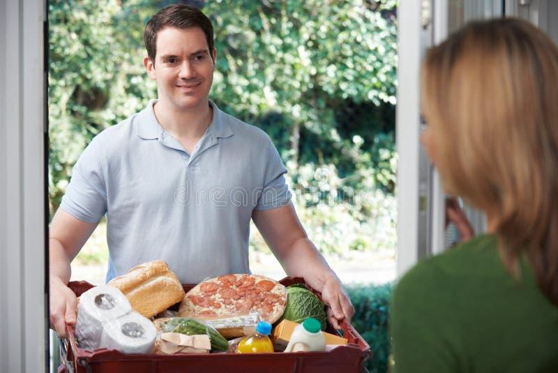 ChaufförDelivering Online Grocery beställning fotografering för bildbyråer