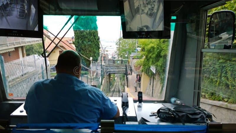 Chauffören av bergbanan bakifrån royaltyfria bilder