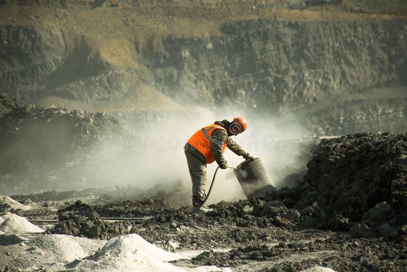 Chauffören av den borra maskinen gör ren filtret från dammet i kolgruvan arkivfoton