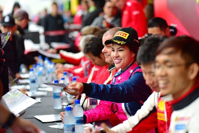 Chaufförer som undertecknar autografer på Ferrari utmaningAsia Pacific serier, springer på April 15, 2018 i Hampton Downs royaltyfria foton