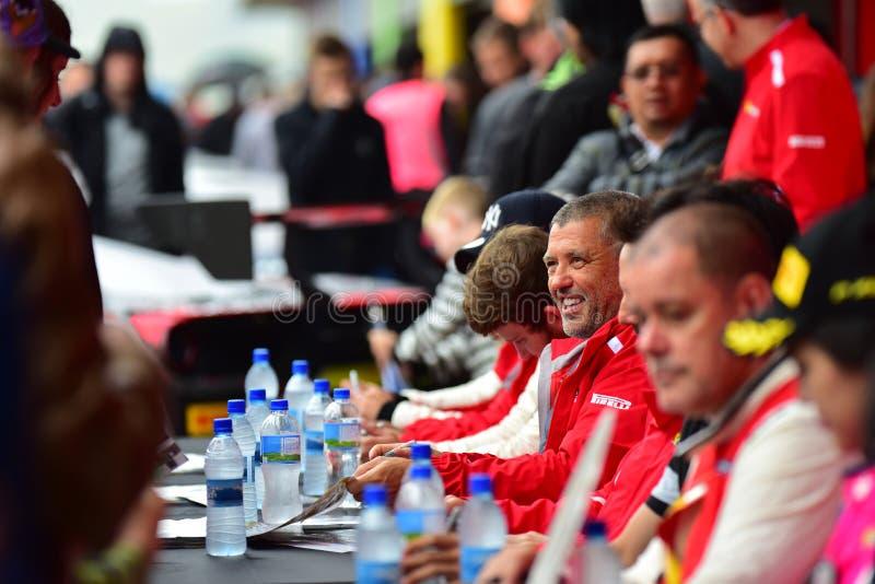 Chaufförer som undertecknar autografer på Ferrari utmaningAsia Pacific serier, springer på April 15, 2018 i Hampton Downs royaltyfri foto