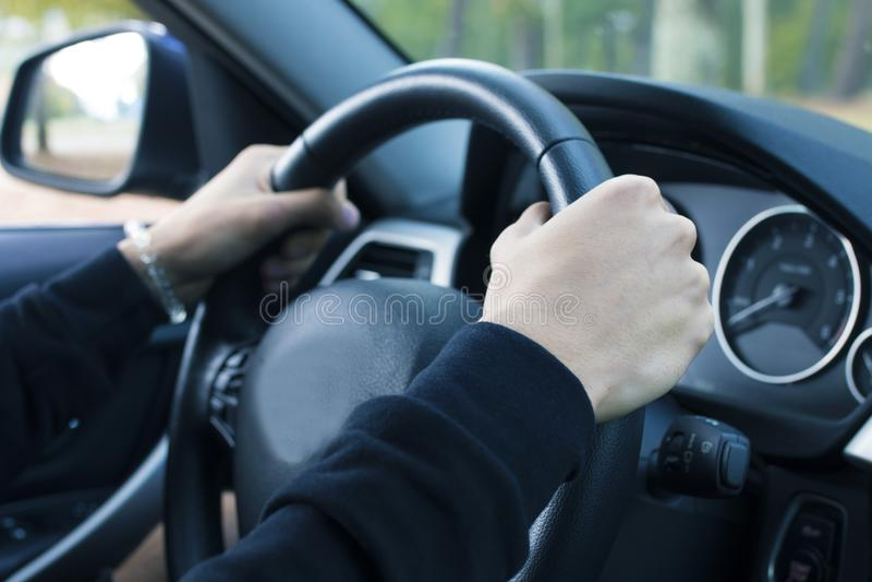 Chaufförhänder på bilen arkivbild