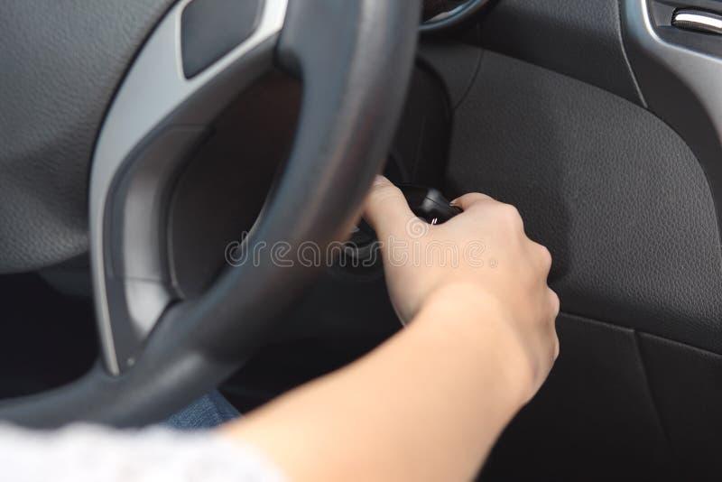 Chaufförhand som startar bilen med tangenten royaltyfri bild