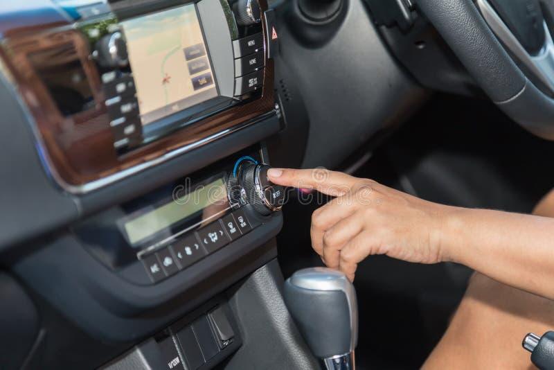 Chaufförhandpress luft-lurar knappen i bilen royaltyfri fotografi