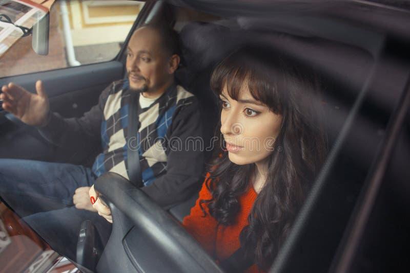Chaufförinstruktör som förklarar till kvinnan arkivbild