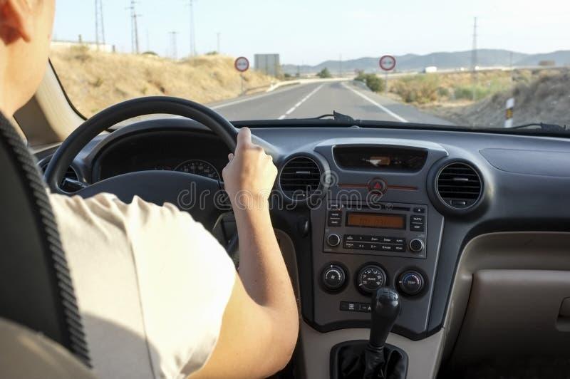 Chaufförkvinna som nästan får passera det förbjudna vägavsnittet royaltyfri foto