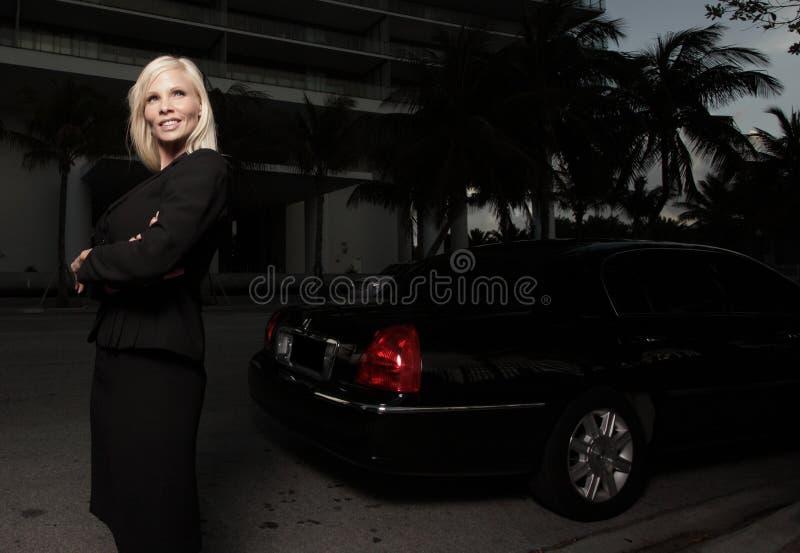chaufförkvinnliglimo arkivbild