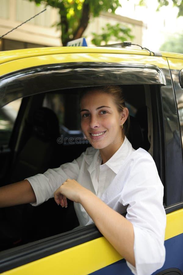 chaufförkvinnligståenden taxar royaltyfri foto
