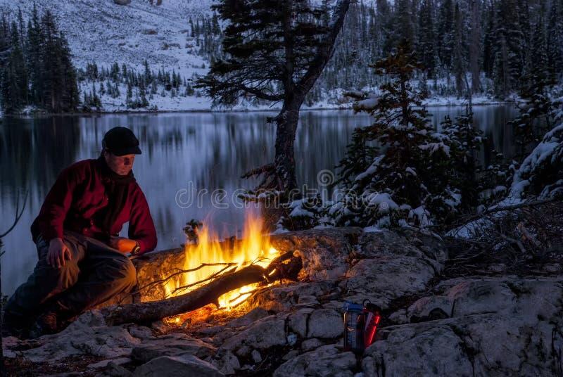 Chauffage au feu de camp une nuit d'hiver photographie stock