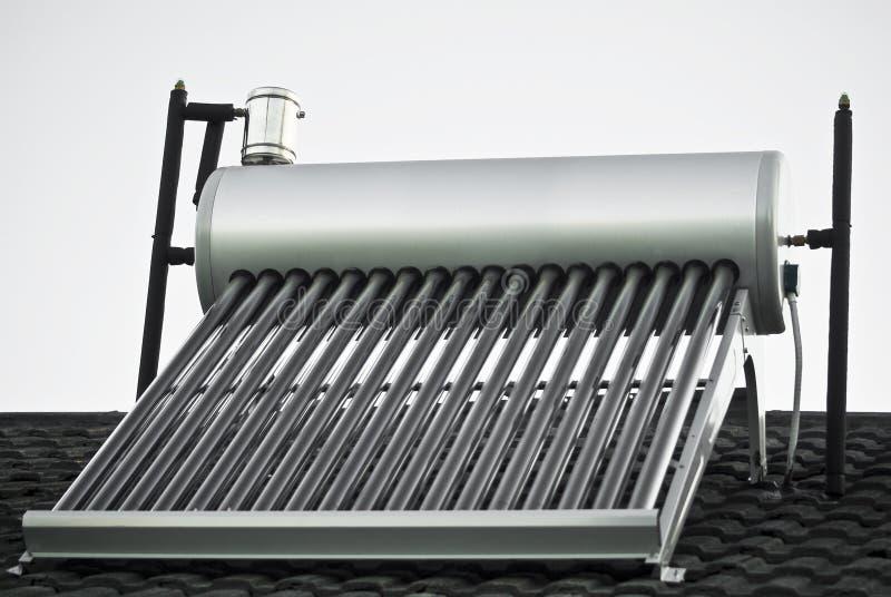 Chauffe-eau solaire - tubes en verre évacués photographie stock libre de droits