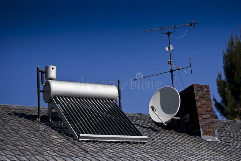 Chauffe-eau solaire - tubes en verre évacués image stock