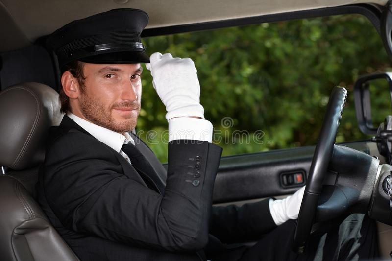 Chauffeur confiant dans l'automobile élégante image stock
