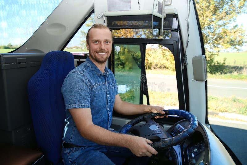 Chauffeur de bus professionnel au volant image libre de droits