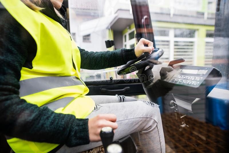 Chauffeur de camion de chariot élévateur de femme dans une zone industrielle images libres de droits